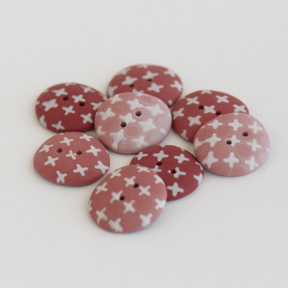 22-23 mm – 8 vnt. plytų raudonos atspalvių sagos su kryžiukų ornamentu