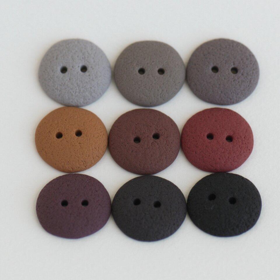 17 mm – 9 vnt. Rudų, pilkų atspalvių sagos