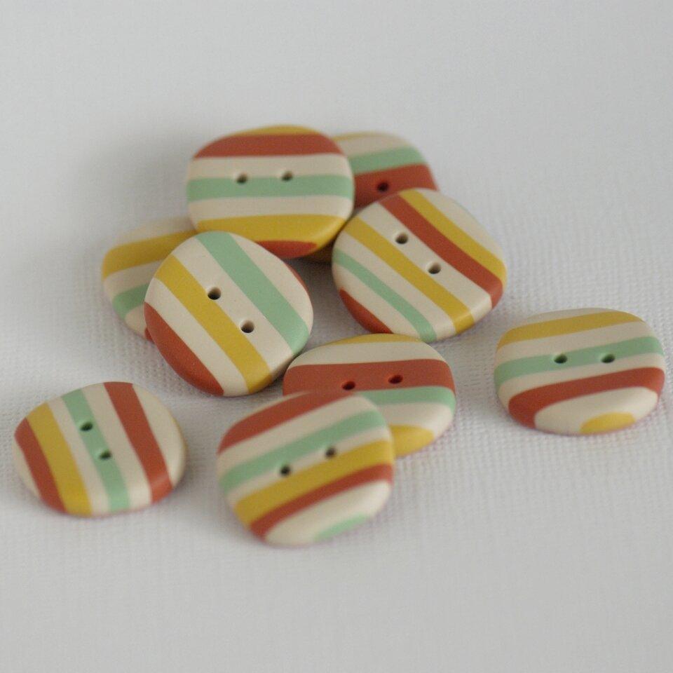 """21 mm – 9 vnt. netaisyklingos apvalaino keturkampio formos sagos su spalvotais dryžiais """"Žaisminga nuotaika"""""""
