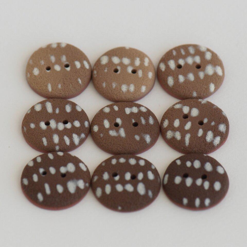 20-21 mm – 9 vnt. kavos su pienu atspalvių taškuotos sagos