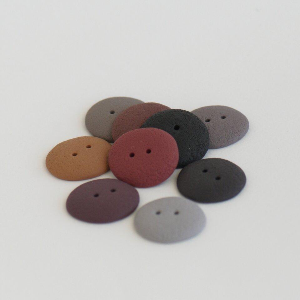 22-23 mm – 9 vnt. Rudų, pilkų atspalvių rankų darbo sagos