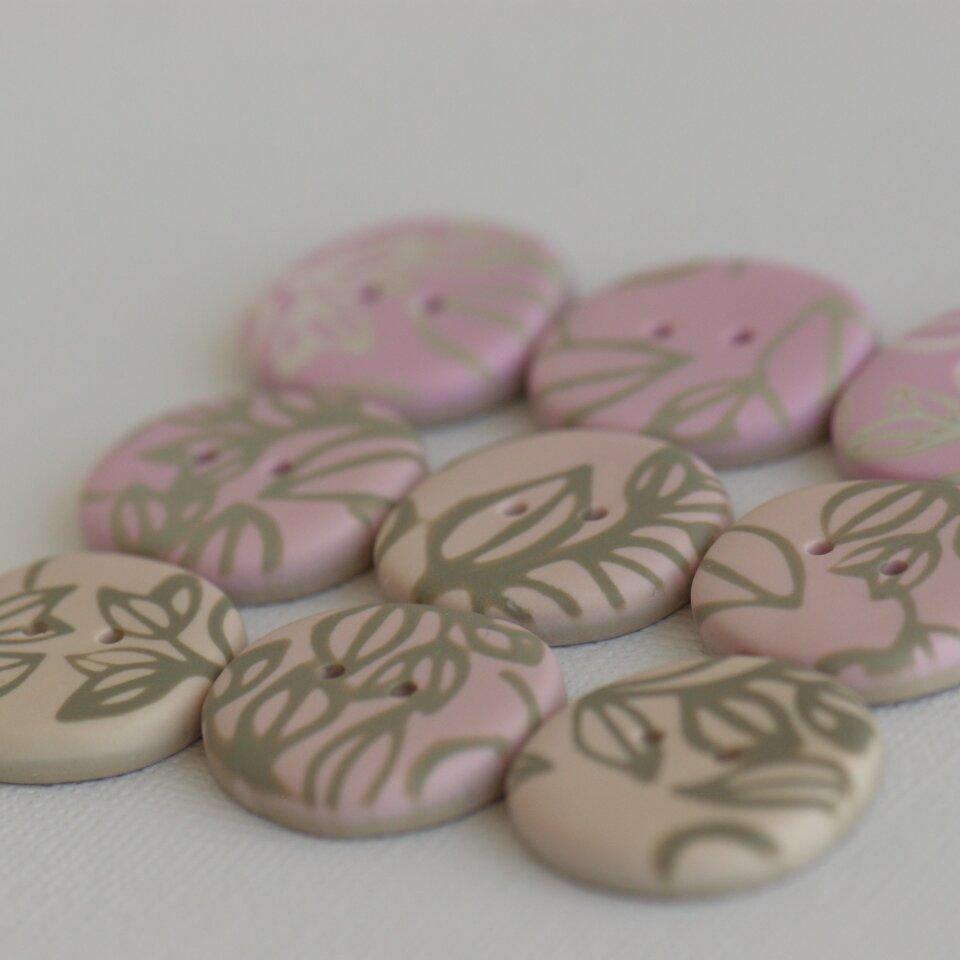 22 mm ~ 23 mm – 9 vnt. rausvų, smėlinių spalvų sagos su augaliniais motyvais