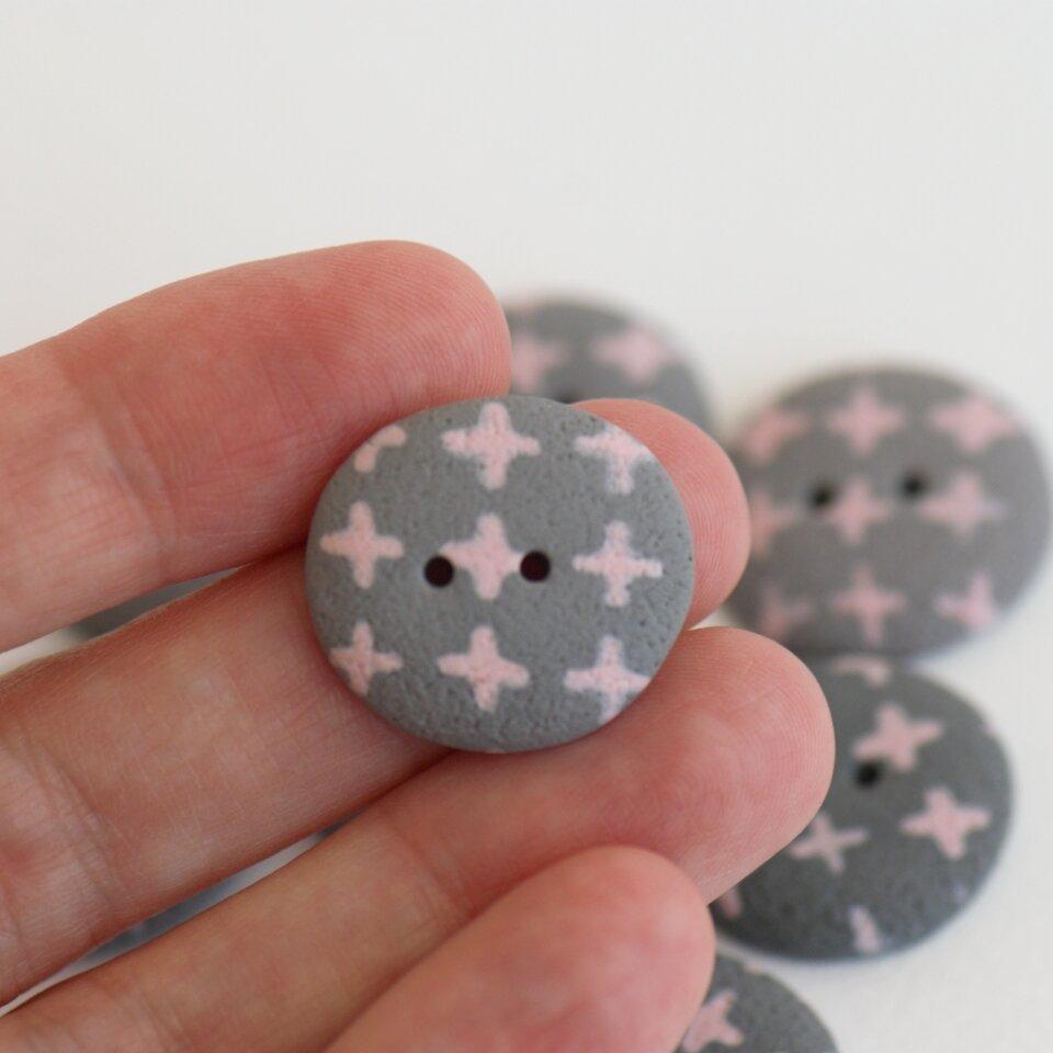 20-21 mm – 8 vnt. Akmenėlių formos pilkos sagos su rausvais kryžiukais